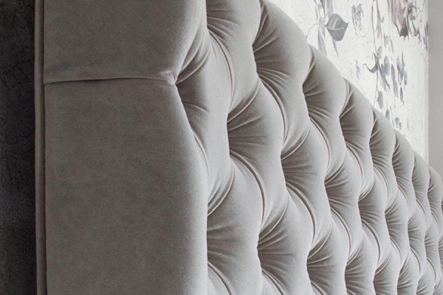 Łóżko tapicerowane styl glamour California dom Białystok. Tapicerowane aksamitną tkaniną obiciową Glam Velvet. Elegancki zagłówek pikowany z guzikami i zakładkami.