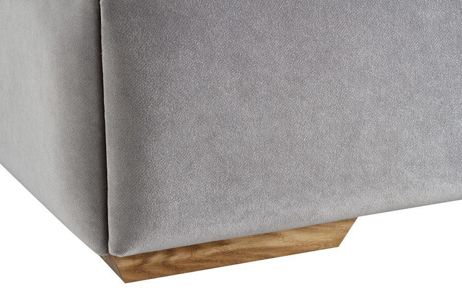 Łóżko tapicerowane styl glamour California dom Białystok. Tapicerowane aksamitną tkaniną obiciową Glam Velvet. Nogi wykonane z litego drewna.