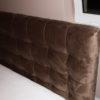 Łóżko z zagłówkiem tapicerowanym dom Białystok. Zagłówek pikowany z tkaniną welurową Art Velvet, gruby i miękki welur tapicerski.