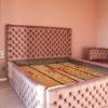 Łóżko tapicerowane pikowane w karo z guzikami Rosalie w stylu glamour. Welurowa tkanina Bravo Velvet 5274 z subtelnym połyskiem.