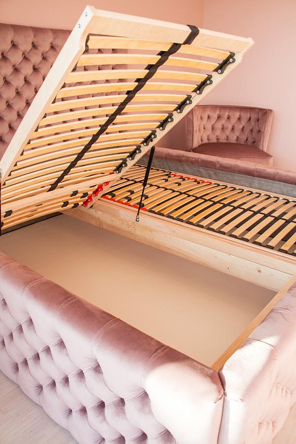 Łóżko tapicerowane pikowane w karo z guzikami Rosalie w stylu glamour. Welurowa tkanina Bravo Velvet 5274 z subtelnym połyskiem. Schowek na pościel.