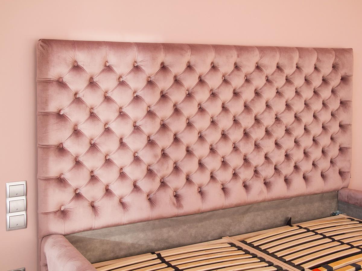 Łóżko tapicerowane pikowane w karo z guzikami Rosalie w stylu glamour. Welurowa tkanina Bravo Velvet 5274.