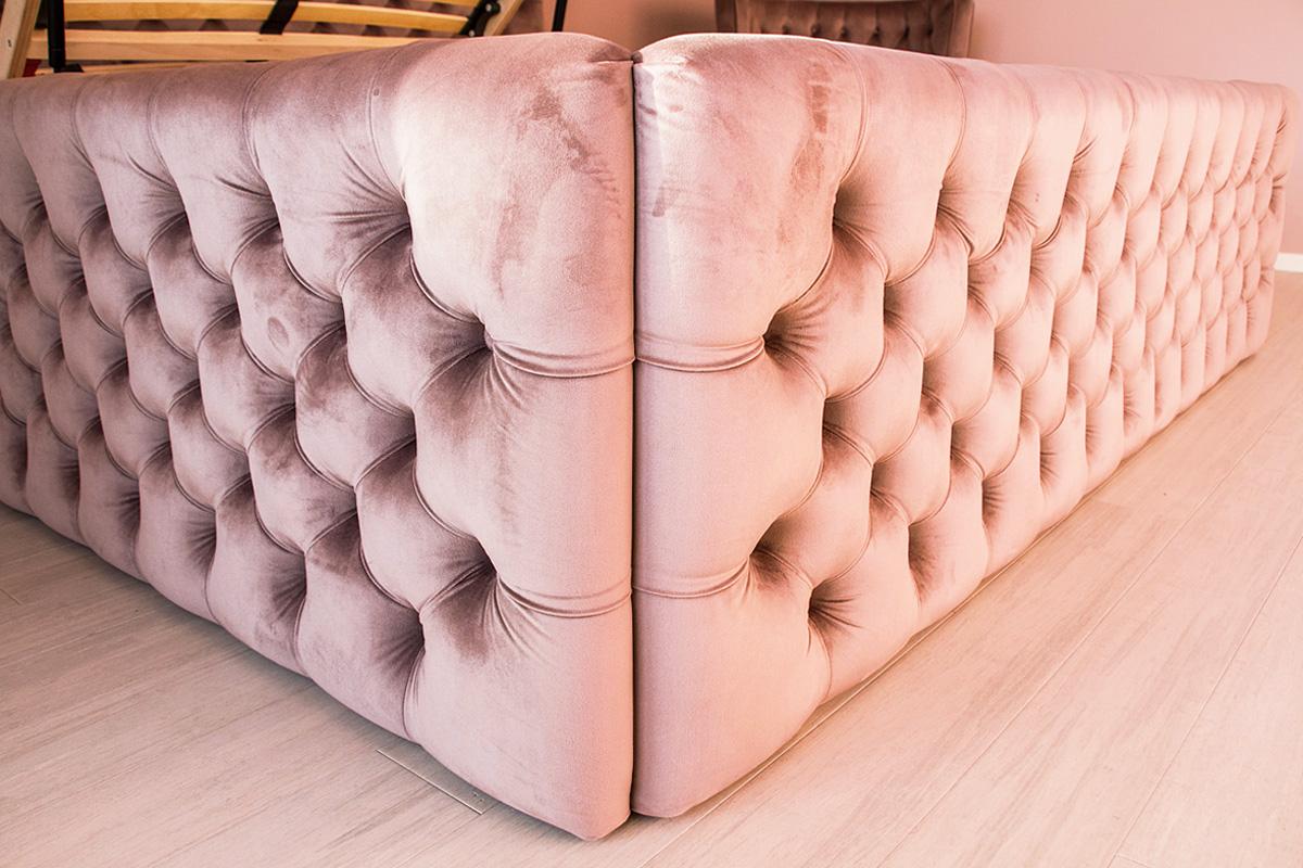Łóżko tapicerowane pikowane w karo z guzikami Rosalie w stylu glamour. Welurowa tkanina Bravo Velvet 5274 z subtelnym połyskiem. Gruba pianka 5cm.