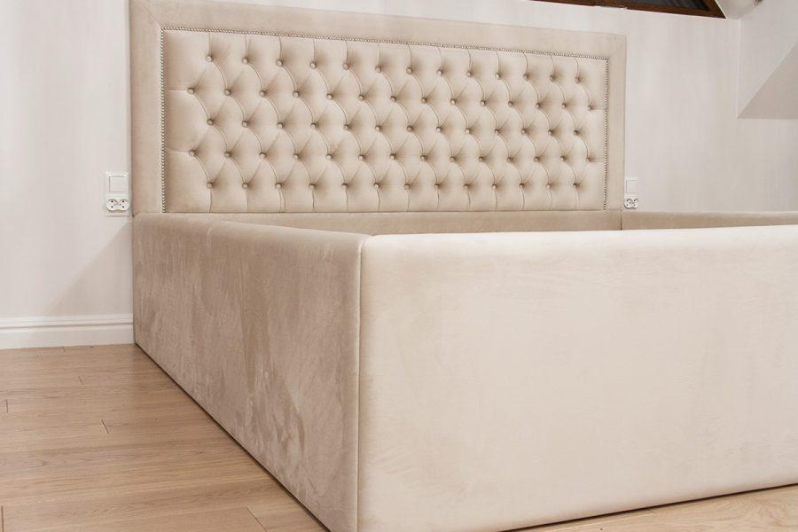 Łóżko tapicerowane styl nowojorski Manhattan realizacja Białystok. Zagłówek pikowany z guzikami i wykończony taśmą pineskową. Tkanina welurowa Piano łatwoczyszcząca. Łóżko posiada schowek na pościel.
