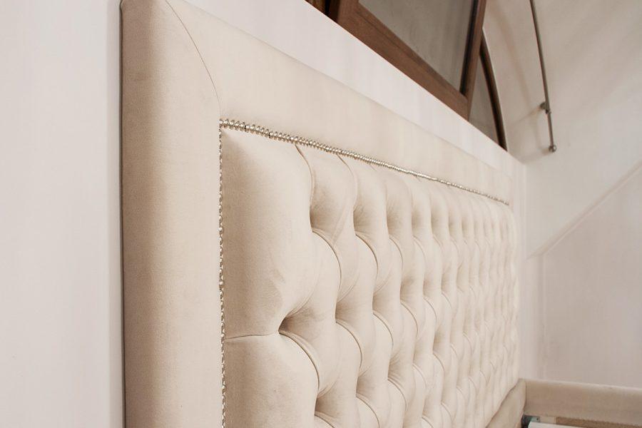 Łóżko tapicerowane styl nowojorski Manhattan. Pikowane z guzikami i taśmą pineskową.