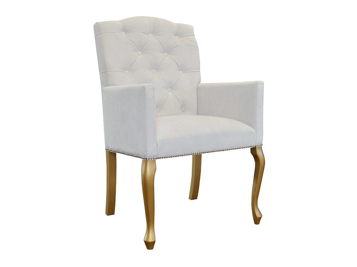 Fotel tapicerowany w stylu glamour East Chesterfield. Fotel tapicerowany welurem z ozdobną tasiemką pineskową, osadzony na drewnianym stelażu.