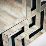 Dekoracyjne, prostokątne lustro Zeus 80x120 cm w lustrzanej ramie z greckim wzorem.Lustro do salonu, przedpokoju, nad konsolę, a także do łazienki.
