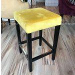 Hoker żółty Andre II tapicerowany tkaniną welurową. Hoker pasuje do salonu i jadalni w stylu nowojorskim oraz do wnętrz w stylu nowoczesnym.