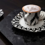 Taca dekoracyjna Granite z połyskującymi iluminacjami. Efektowna podstawka na dekoracje, wazon z kwiatami lub zestaw kawowy.