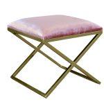 Pufa do salonu Blanca tapicerowana aksamitną tkaniną hydrofobową na złotym, metalowym stelażu. Różowa pufa to salonu i sypialni w stylu glamour.