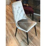 Krzesło tapicerowane pikowane Valentino beżowe. Krzesło pasuje do toaletki i salonu w stylu nowoczesnym. Krzesło drewniane Białystok.