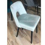 Krzesło tapicerowane aksamitem w miętowym odcieniu.Stelaż wykonano z litego drewna bukowego, natomiast oparcie posiada delikatne wycięcie.