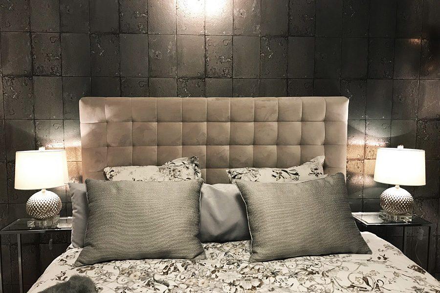 Zagłówek tapicerowany w sypialni mieszkanie Białystok. Realizacja z wykorzystaniem zagłówka z tkaniny obiciowej French Velvet, zasłony z tkaniny Zenith i poduszki dekoracyjne.