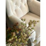 Fotel tapicerowany pikowany z podłokietnikami Uszak. Możliwość wyboru tkaniny i koloru nóżek. Fotel drewniany z aksamitną tkaniną. Fotele tapicerowane Białystok.