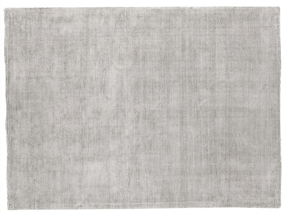 Dywan z wiskozy ręcznie tkany Ivette Glacier Gray. Wysokiej jakości włókna wiskozy subtelnie połyskują dzięki czemu dywan wygląda ekskluzywnie.