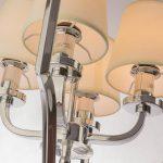 Lampa wisząca Hampton w stylu nowojorskim to piękny dodatek do nowoczesnego salonu. Rama wykonana z chromowanej stali i stożkowe abażury.