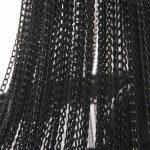 Lampa wisząca Persei w stylu glamour. Składa się z metalowej ramy oraz wielu łańcuszków.