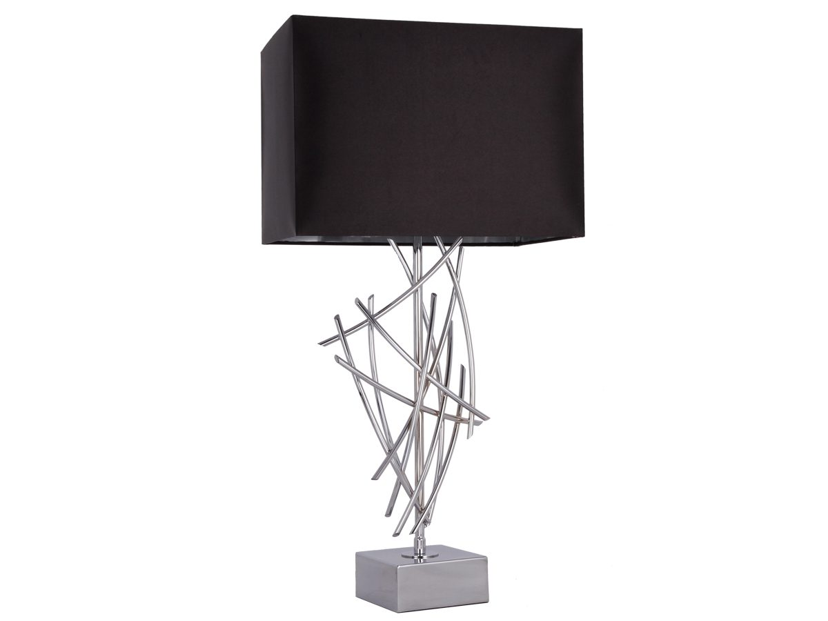 Lampa stołowa z czarnym, prostokątnym abażurem oraz metalową podstawą. Pasuje do pomieszczeń w stylu New York i Hamptons.