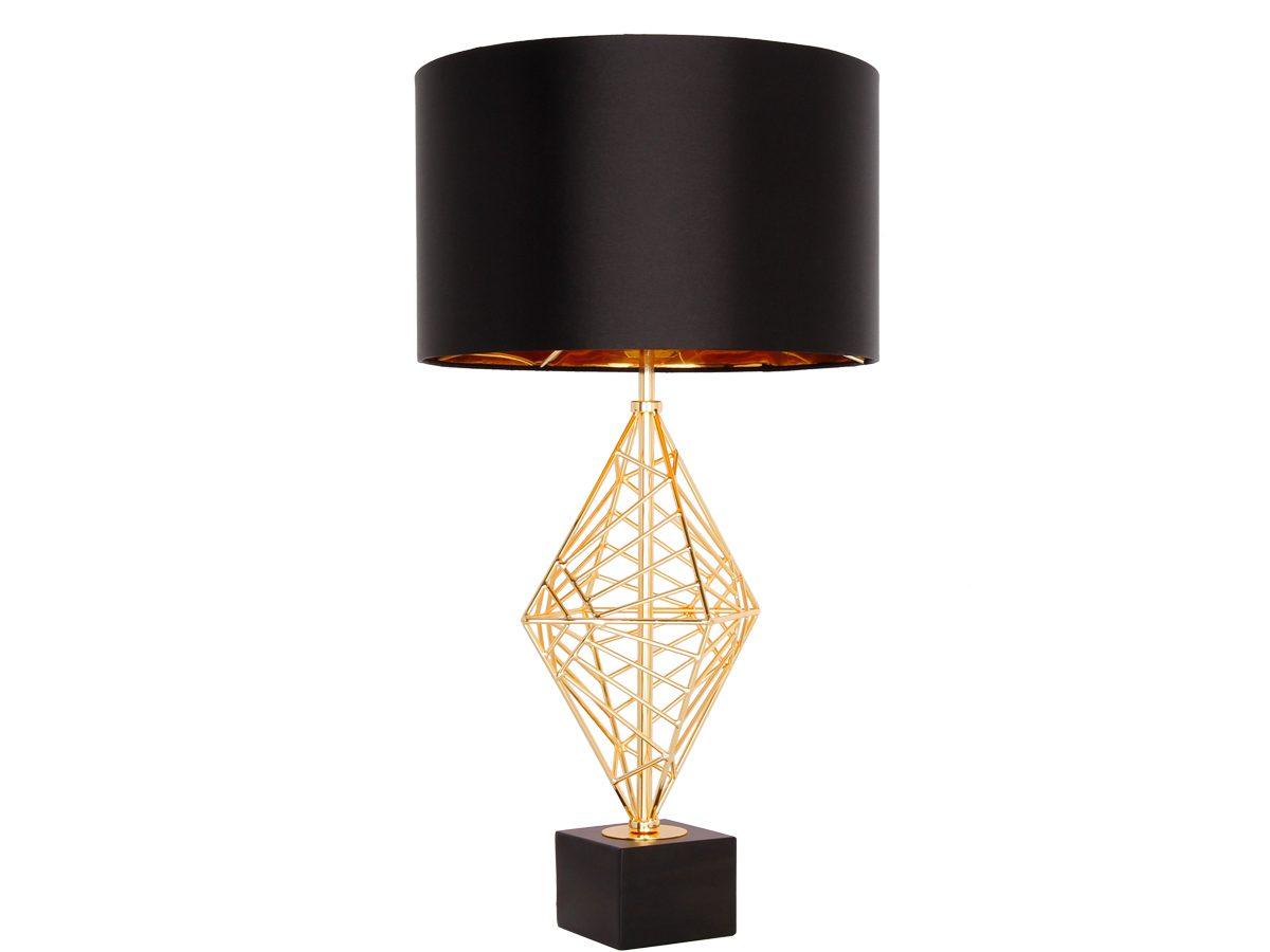Złota lampa stołowa z czarnym abażurem w stylu nowojorskim.