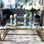 Stolik kawowy złoty Madame ze szklanym blatem i metalowym stelażem. Ława kawowa Madame pasuje do salonu w stylu nowoczesnym.