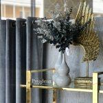 Regał metalowy Luxor w stylu glamour. Złoty regał ze szklanymi półkami na książki lub dekoracje. Możliwość wyboru rozmiaru i koloru.
