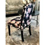 Krzesło tapicerowane Mia Floral pasuje do salonu i jadalni w stylu nowojorskim. Krzesła drewniane z możliwością wyboru koloru nóg i tkaniny.