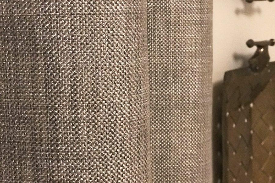 Zagłówek tapicerowany w sypialni mieszkanie Białystok. Tkanina zasłonowa Zenith.