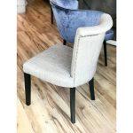 Krzesło tapicerowane pikowane Venice na drewnianych nogach. Nowoczesne krzesła tapicerowane do jadalni są dostępne na zamówienie w showroomie Pasadena.