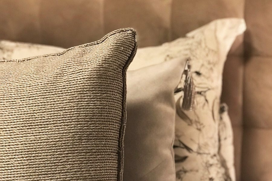 Zagłówek tapicerowany w sypialni mieszkanie Białystok. Poduszki dekoracyjne.