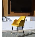 Krzesło tapicerowane Gracia do salonu w stylu nowojorskim. Możliwość wyboru tkaniny i koloru nóżek. Krzesło drewniane z aksamitną tkaniną.