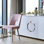 Krzesło do salonu i jadalni w stylu nowojorskim Vito. Krzeslo tapicerowane welurem z ozdobną lamówką na drewnianym stelażu.