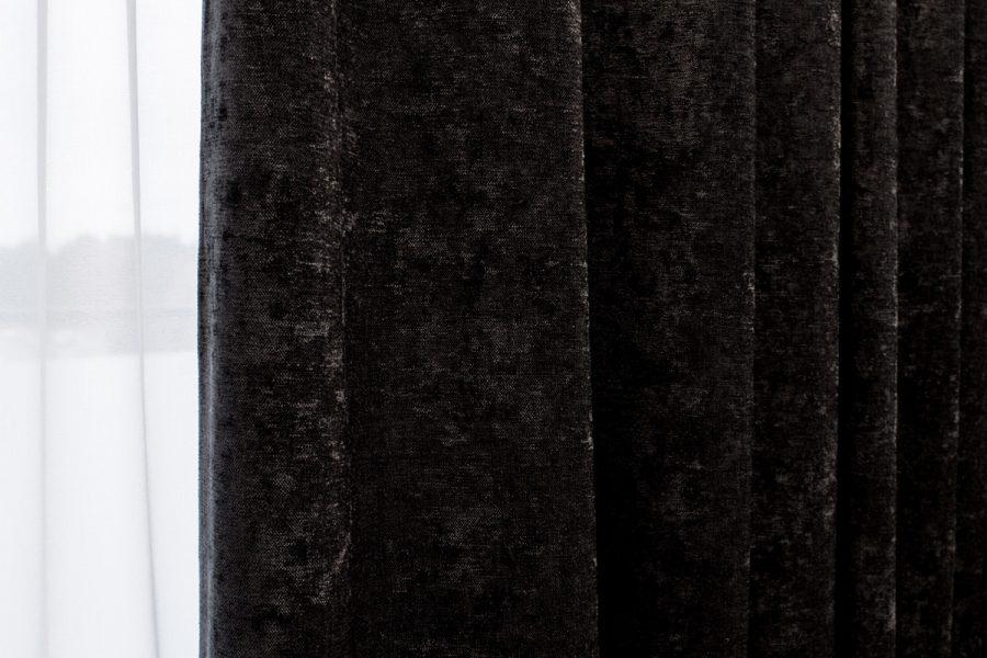 Zasłony w sypialni czarny aksamit, tkanina Cameron o przecieranej, połyskującej strukturze.