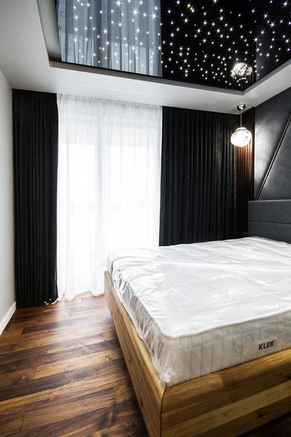 Zasłony w sypialni czarny aksamit