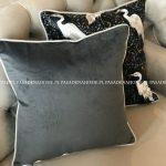 Poduszka dekoracyjna wzór w czaple. Czarna poduszka 45x45 cm z wypełnieniem. Ozdobne poduszki na zamówienie.