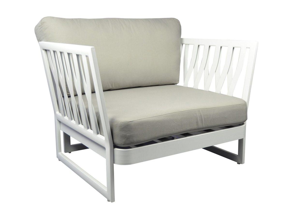 Fotel ogrodowy z beżowymi poduszkami i aluminiowym stelażem w kolorze matowej bieli. Fotel do ogrodu i na taras pasuje do mebli z kolekcji Sue.