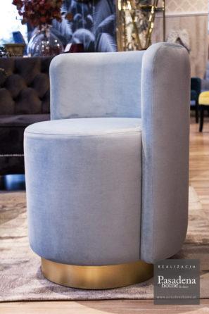 Fotel okrągły hotelowy Crystal tkanina Piano 11. Mocny stelaż z litego drewna, na siedzisku aż 13 cm pianki i cokół z laminatu w kolorze złota szczotkowanego.