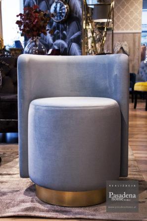 Fotel okrągły hotelowy Crystal tkanina Piano 11. Produkcja mebli tapicerowanych na zlecenie hotelu we Francji. Mocny stelaż z litego drewna, na siedzisku aż 13 cm pianki i cokół z laminatu w kolorze złota szczotkowanego.