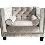 Fotel glamour Kris z drewnianymi nogami. Doskonale sprawdzi się także jako wygodny fotel do sypialni. Fotele do salonu na zamówienie.