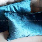 Poduszka dekoracyjna połyskujący welur. Niebieska poduszka 30x50 cm z wypełnieniem. Ozdobne poduszki na zamówienie.