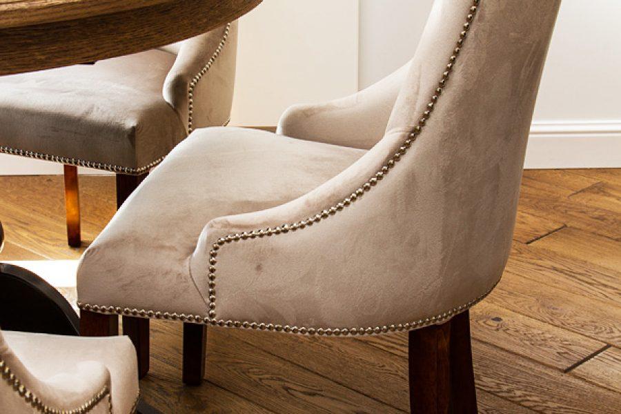 Krzesło tapicerowane styl nowojorski Lady apartament Warszawa. Tkanina obiciowa welur French Velvet