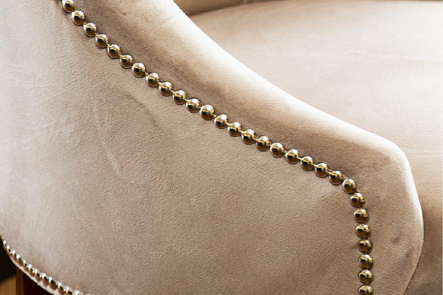 Krzesło tapicerowane styl nowojorski Lady apartament Warszawa. Tkanina obiciowa welur French Velvet. Taśma pineskowa srebrna