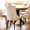 Krzesło tapicerowane styl nowojorski Lady apartament Warszawa. Tkanina obiciowa welur French Velvet i taśma pineskowa. Sprawdzi się nie tylko w jadalni ale również w przytulnym gabinecie lub sypialni. Projekt architekt Gabriela Moraljan.