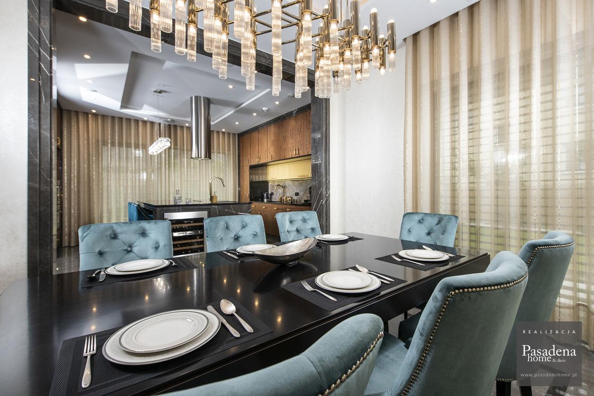 Krzesło tapicerowane w stylu nowojorskim Lady Chesterfield wykonane w aksamitnej tkaninie Prime z pikowanym oparciem. Projekt wnętrza architekt Tomasz Czajkowski.