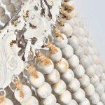 Lampa z koralikami Vintage pasuje do salonu lub przedpokoju w stylu rustykalnym oraz klasycznym. Żyrandol z koralikami na zamówienie.
