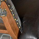 London fotel z podłokietnikami wykonany z drewna oraz skóry naturalnej. Fotel tapicerowany do salonu i gabinetu w stylu klasycznym.