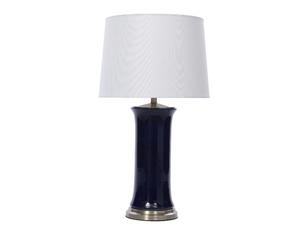 Lampa stołowa w stylu nowojorskim Berkeley. Biały abażur w kształcie stożka połączony z porcelanową podstawą. Kunsztowny dodatek do komody lub konsoli.