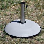 Okrągła podstawa do parasola ogrodowego wykonana z betonu.Baza parasola zapewni stabilność nawet podczas silnych podmuchów wiatru.