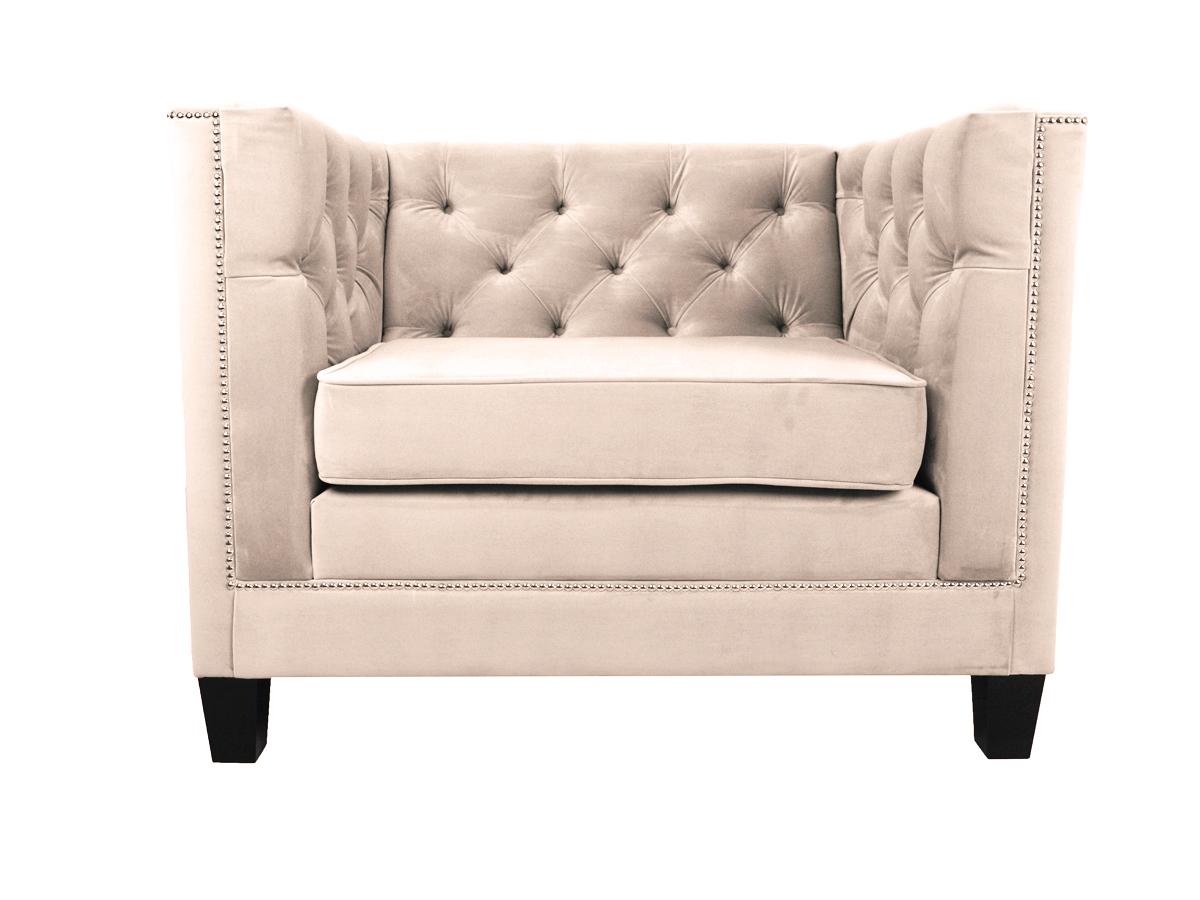 Fotel do salonu Kris z drewnianymi nogami. Doskonale sprawdzi się także jako wygodny fotel do sypialni. Fotele do salonu na zamówienie.