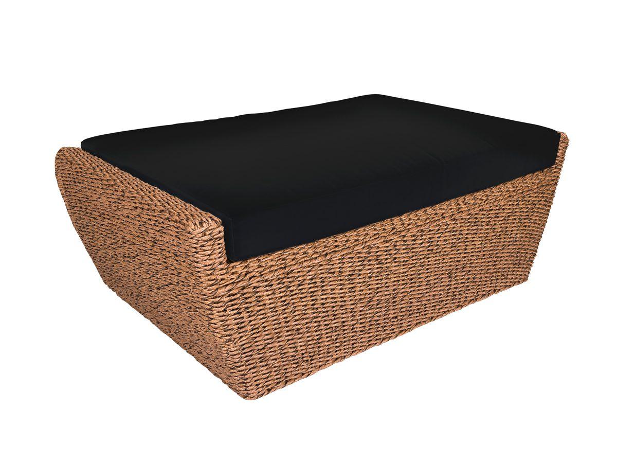 Podnóżek ogrodowy Como posiada pleciony, rattanowy stelaż i czarną poduszkę.Stolik tapicerowany do ogrodu i na taras zapewni długie chwile relaksu.