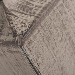 Lampa stołowa w stylu prowansalskim to połączenie drewnianej podstawy oraz brązowego abażura z plecionej tkaniny.